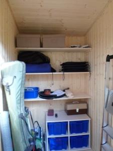 Der Abstellraum mit eingebautem Wandregal
